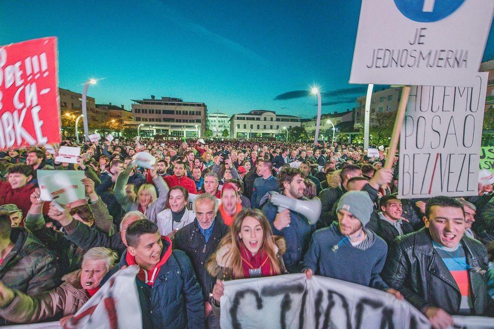 Tausende Menschen protestieren auf den Straßen von Podgorica gegenMontenegros Präsident...