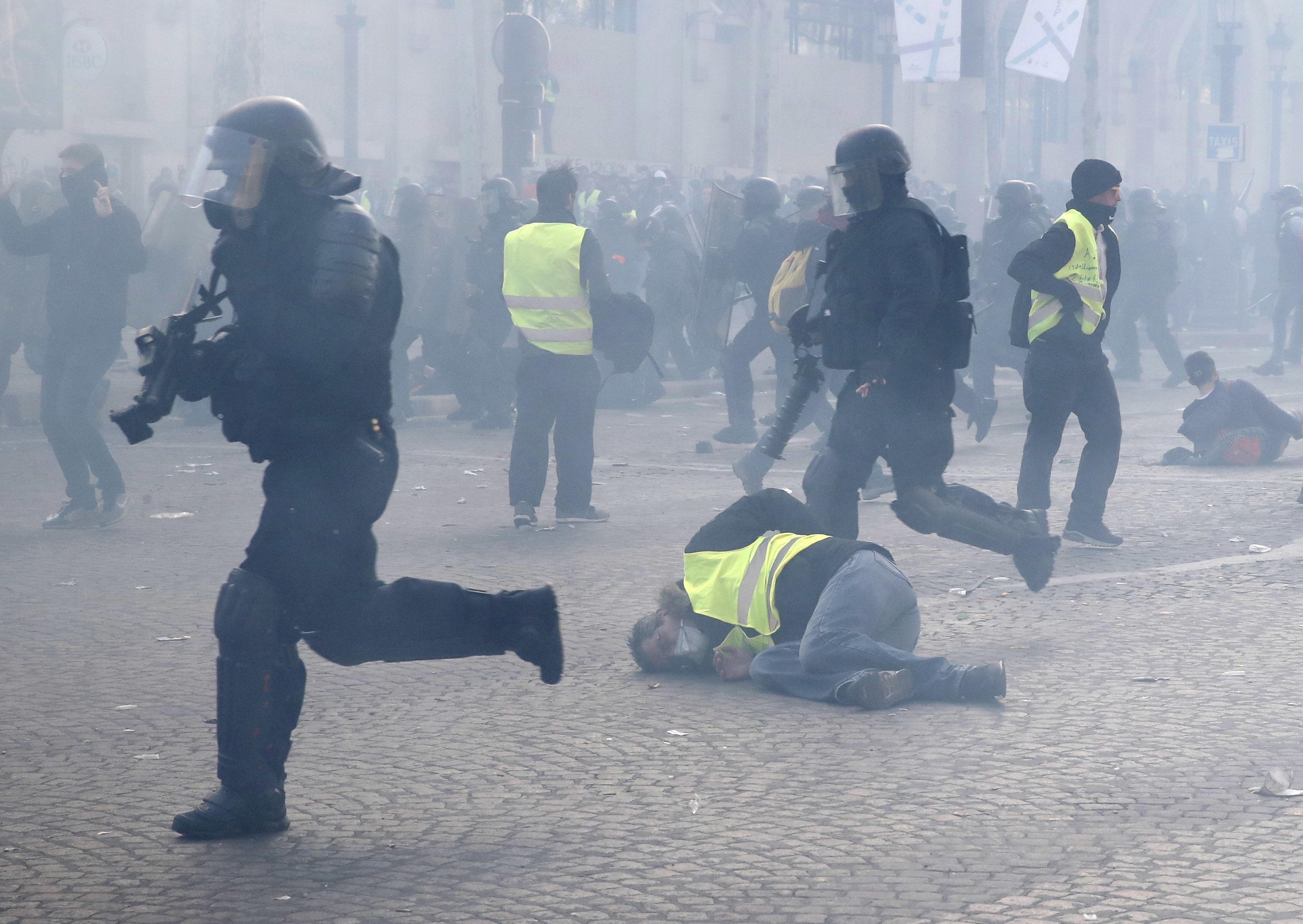 Άγριες συγκρούσεις και πάλι στη Γαλλία μεταξύ Κίτρινων Γιλέκων και