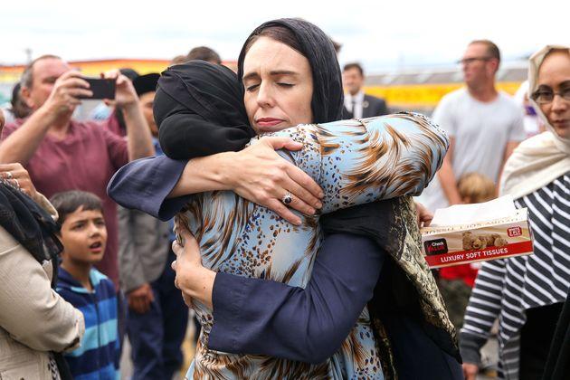 저신다 아던 뉴질랜드 총리가 크라이스트처치 모스크 테러를 추모하기 위해 웰링턴 킬버니 모스크 앞에 모인 한 무슬림을 위로하고 있다. 뉴질랜드, 웰링턴. 2019년