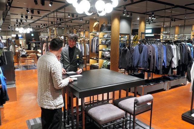 伊勢丹新宿本店のメンズ館に25カ所設けられたコミュニケーションスペース。販売員と客、客同士の交流が狙いだ=東京都新宿区
