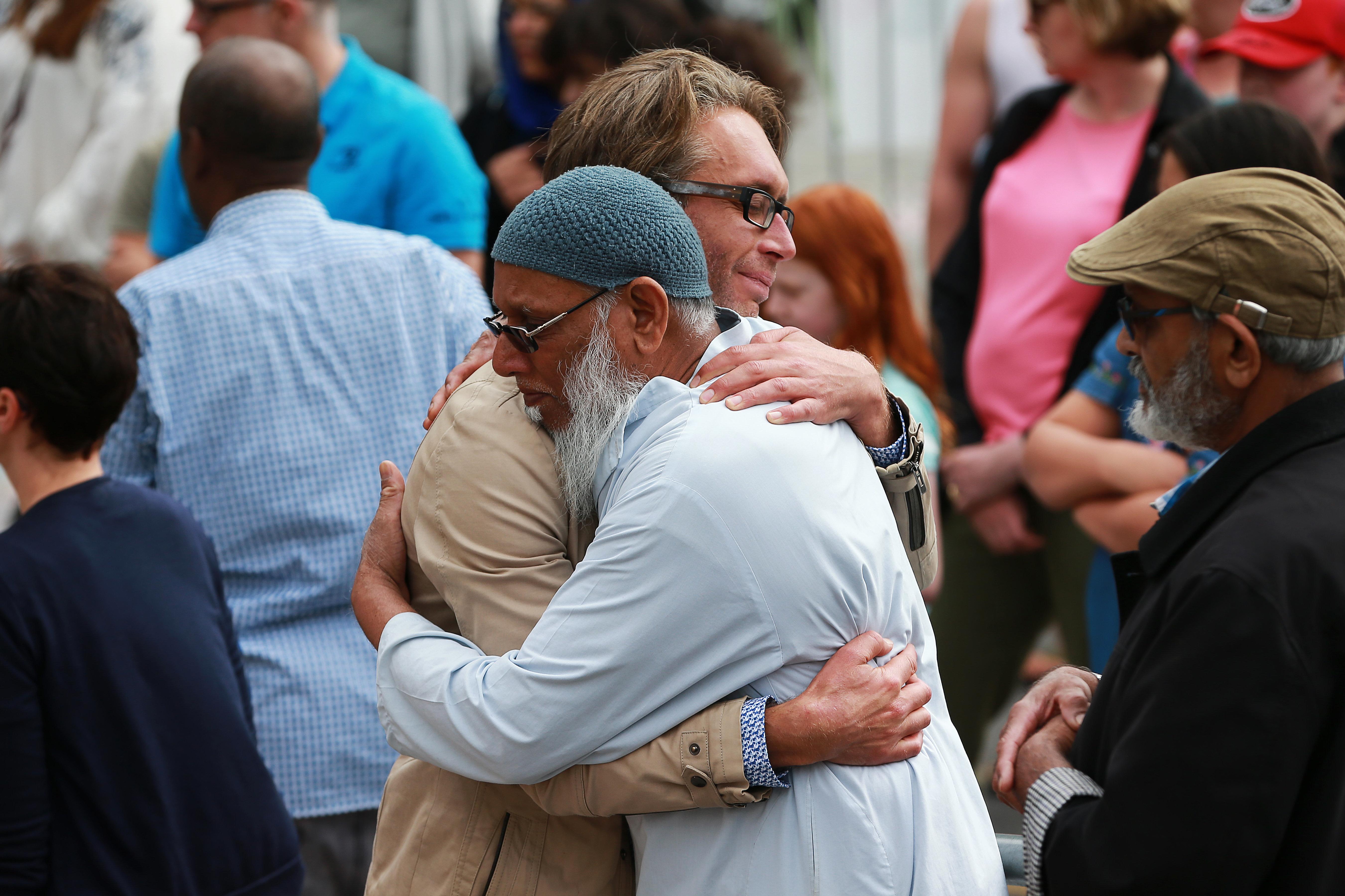 뉴질랜드 웰링턴 킬버니 모스크 앞에 모인 추모객들이 슬픔을 나누고 있다. 2019년