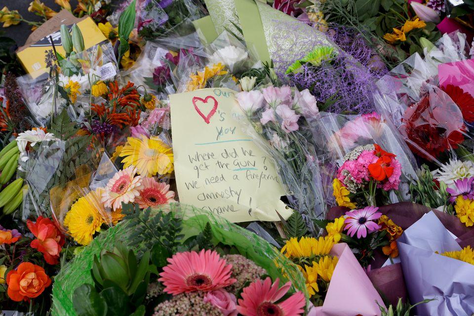 총기난사 테러를 당한 모스크 두 곳 중 하나인 알 누르 모스크 인근에 누군가 손으로 쓴 편지를 가져다놓았다. 뉴질랜드 크라이스트처치, 2019년