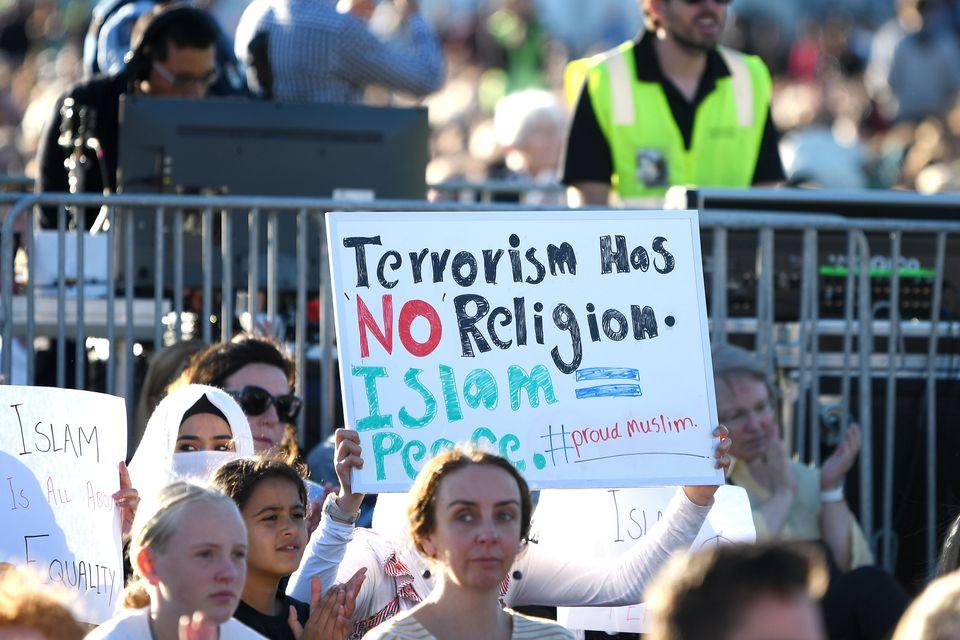 '테러리즘에는 종교가 없다. 이슬람 = 평화' : 뉴질랜드 수도 웰링턴에서 열린 추모 기도회에서 한 참석자가 피켓을 들고 있다. 2019년
