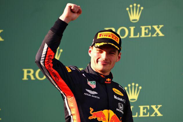 オーストラリアGPの表彰台でガッツポーズをするマックス・フェルスタッペン