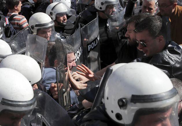 Διαδηλωτές στη Σερβία πολιορκούν το προεδρικό μέγαρο - Εγκλωβισμένος o