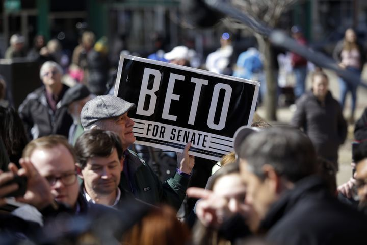 An attendee holds a sign for O'Rourke during theEric Giddens event.