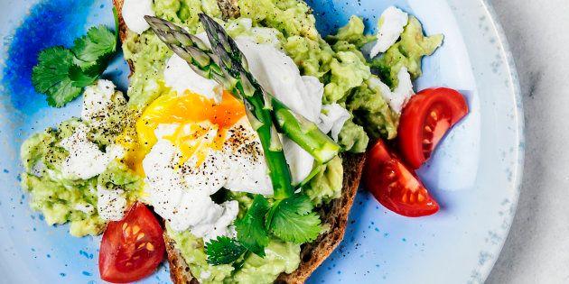 Sándwich de aguacate, huevo escalfado, tomate y