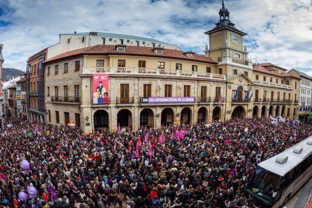 Multitudinaria concentración ante el ayuntamiento de Oviedo para exigir igualdad el 8M de