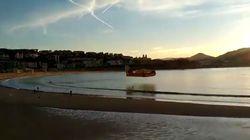 La arriesgadísima maniobra de un avión cisterna cargando agua en la playa de la
