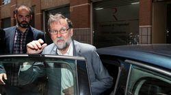 Unos jóvenes de despedida de soltero logran que Rajoy se tome un whisky con