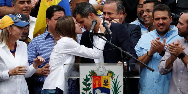 Juan Guaidó, recibe el apoyo de su esposa, Fabiana Rosales, antes de su intervención de esta tarde en