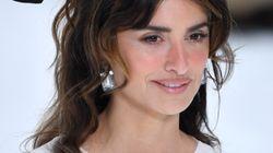 Penélope Cruz sorprende desfilando para Chanel en homenaje a Karl