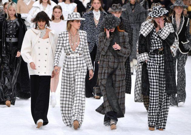 Penélope Cruz se sube a la pasarela de Chanel en el desfile póstumo de Karl Lagerfeld para la marca