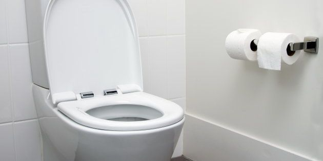 Si eres de los que pone papel higiénico en la taza del váter de los baños públicos, esto te