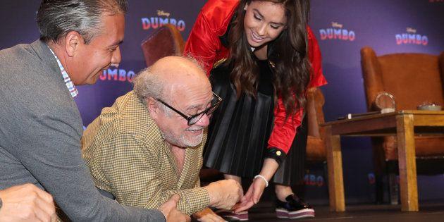 La caída de Danny DeVito durante la promoción de 'Dumbo' en