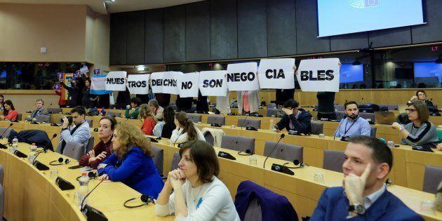 Protesta contra la asistencia del secretario general del partido ultraderechista Vox, Javier Ortega Smith,...