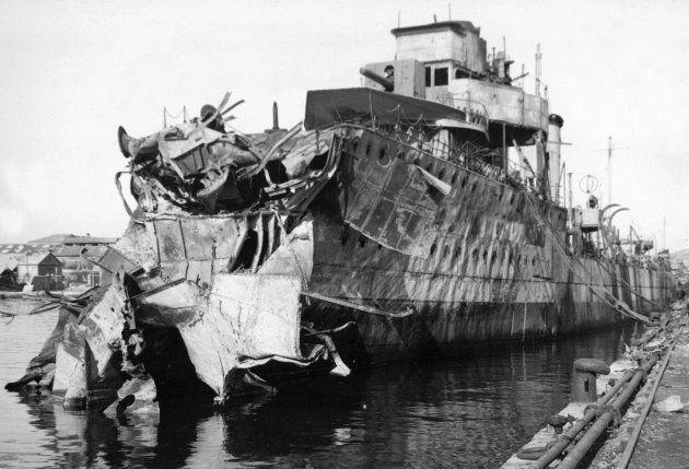 Uno de los barcos de la flota, el 'Sánchez Barcaiztegui', alcanzado por un bombardeo en el puerto de
