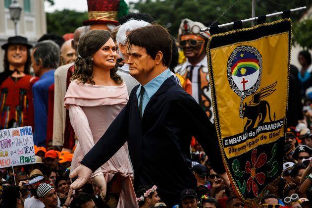 Muñecos gigantes del presidente brasileño Jair Bolsonaro y la primera dama Michelle Bolsonaro son portados...