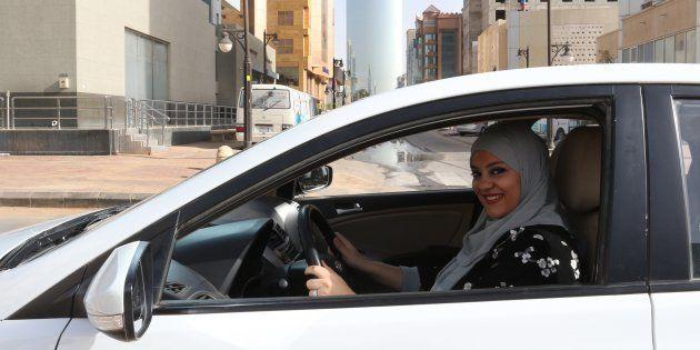 Una mujer conduce por primera vez por las calles de Riad, Arabia