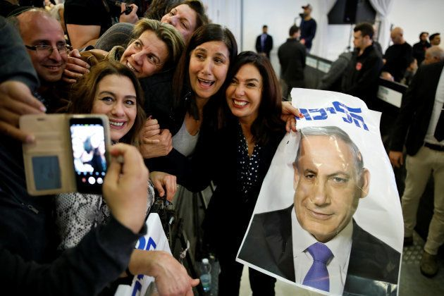 Partidarios de Benjamín Netanyahu y cargos del Likud posan en Ramat Gan, en un acto de campaña, esta