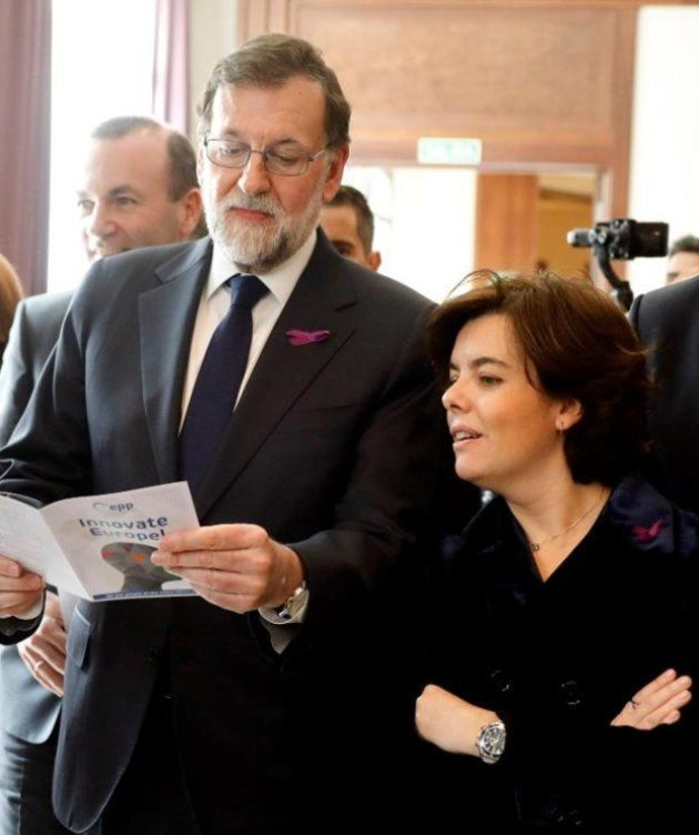 Soraya Sáenz de Santamaría y Rajoy con el lazo