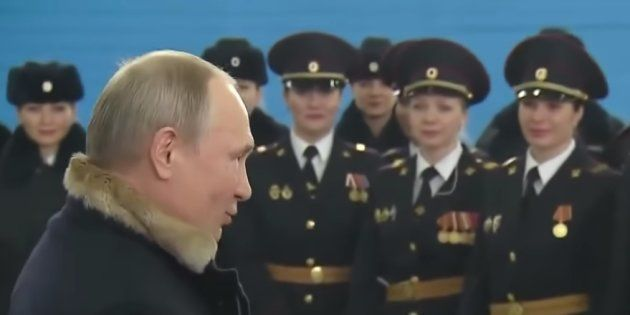 Putin junto a un grupo de mujeres