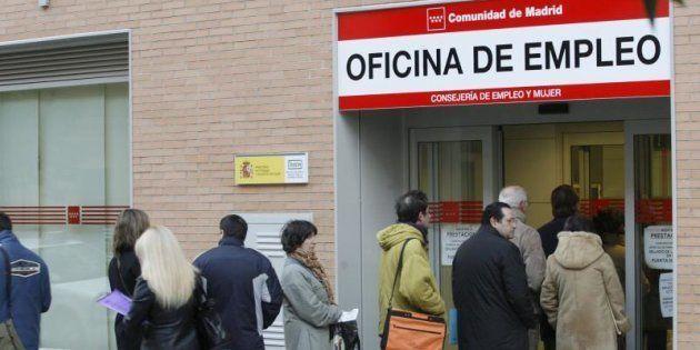 Un grupo de personas hace cola en la entrada de una oficina de empleo de la Comunidad de