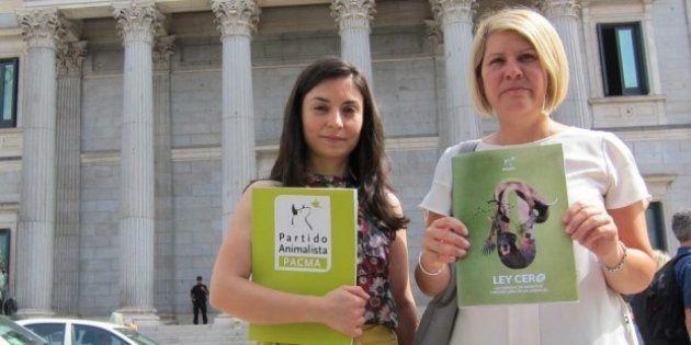 Laura Duarte, cabeza de lista de PACMA por Madrid, y Silvia Barquero, presidenta de PACMA y candidata...