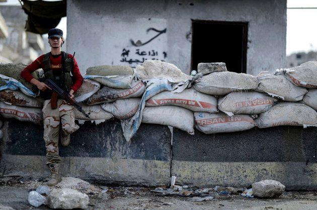 Un insurgente monta guardia en Idlib en Siria, el 13 de octubre del 2018. (Ugur Can/DHA vía AP,