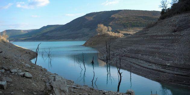 Agua bajo mínimos en la reserva de Yesa, en Navarra, en pleno marzo de