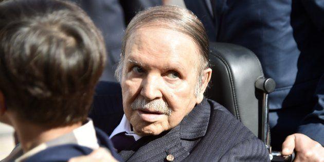 Abdelaziz Buteflika, presidente de Argelia, fotografiado en un colegio electoral durante los comicios...