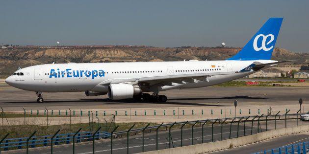 Un avión de Air Europa modelo Airbus 330-200 en el aeropuerto de Madrid