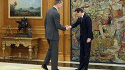 Cachondeo con este gesto de Juanma Moreno al rey Felipe VI: las bromas son