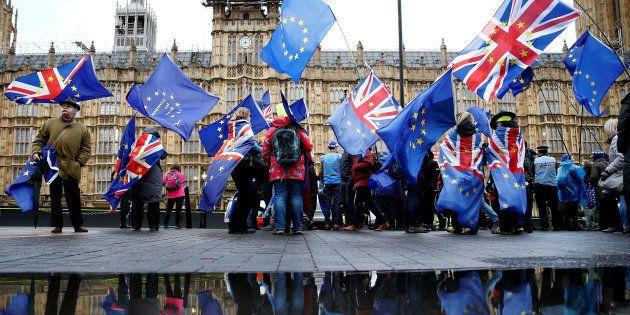 Un grupo de manifestantes anti-Brexit, este martes, a las puertas del Parlamento de