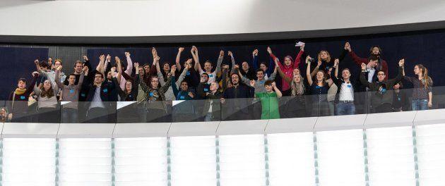Un grupo de jóvenes se manifiestan por la protección del medioambiente tras un debate sobre el cambio...