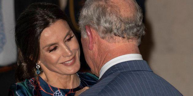 La reina Letizia y el príncipe Carlos, saludándose en la inauguración de la exposición de