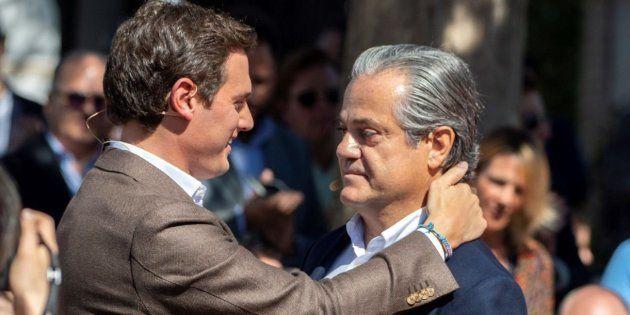Marcos de Quinto y Albert Rivera se abrazan antes del acto de