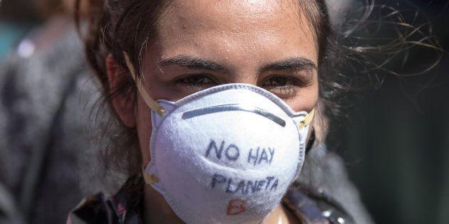 Una joven se manifiesta este viernes en Madrid contra el cambio