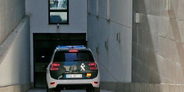 Un vehículo de la Guardia Civil accede este sábado a los juzgados de Paterna.