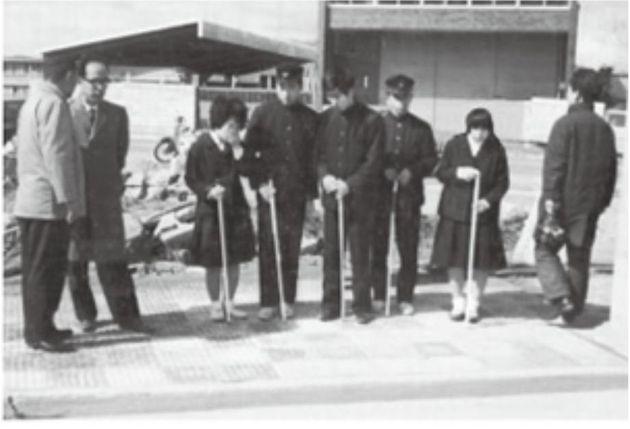 点字ブロックの渡り初め式で感触を確かめる岡山盲学校の生徒たち