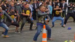 Hier seht ihr den Tanz von neuseeländischen Bikern für die
