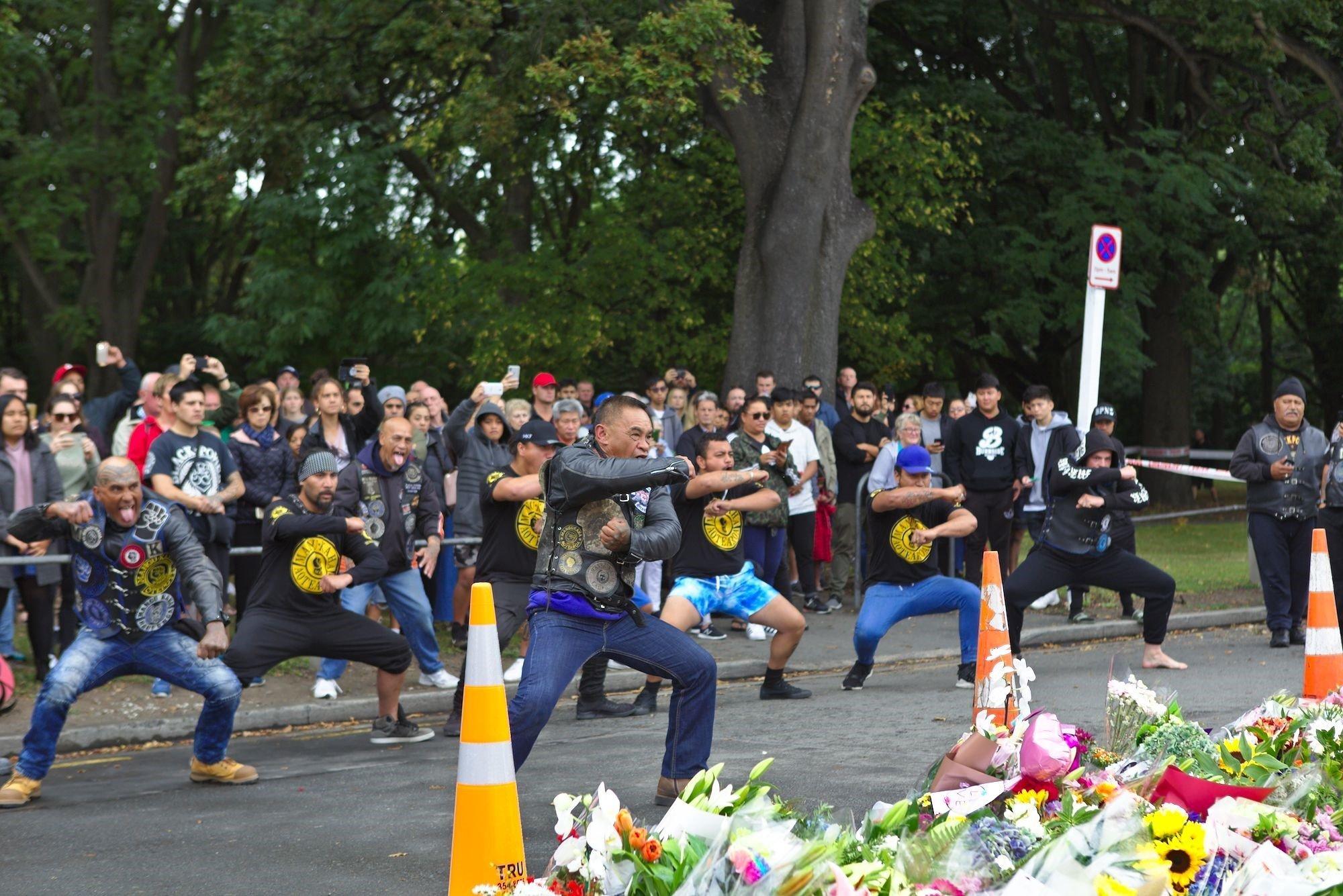 Μηχανόβιοι Μαορί τιμούν τα θύματα της Νέας Ζηλανδίας με τον εντυπωσιακό τελετουργικό χορό