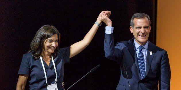 La alcaldesa de París, Anne Hidalgo, y el alcalde de Los Ángeles, Eric