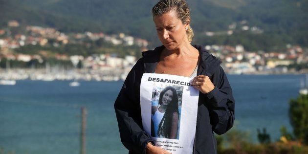 La madre de la joven desaparecida Diana Quer sostiene un cartel de Se