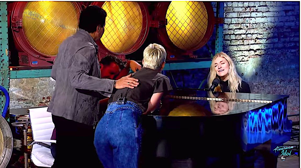 'American Idol' Singer Ashley Hess Is So Good, Judges Gather Around Piano To Listen