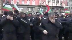 El intento fallido de estos policías al echar gas pimienta a los