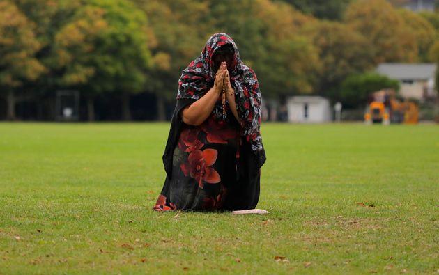 Une dame rend un hommagedevant la mosquée Masjid Al-Noor à