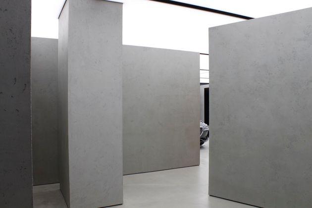 OMA가 설계한 제네시스 스토어는 시그니처 신트와 더불어 자연광과 유사한 효과를 내는 천장 조명, 시선을 차단하며 내향성을 고조시키는 콘크리트 매스를 효과적으로 사용했다. 하지만 여기가...