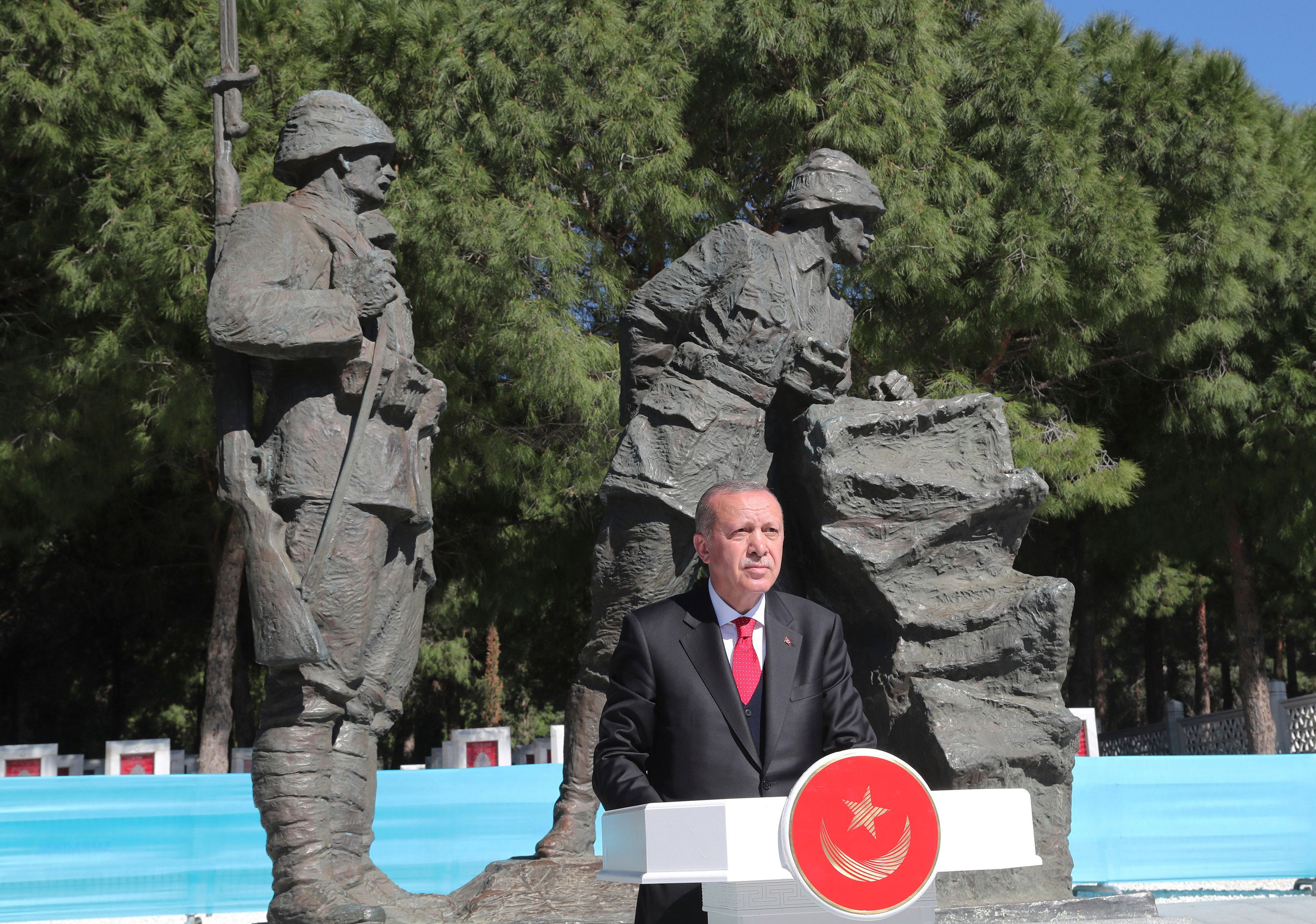 O Ερντογάν απειλεί να στείλει πίσω «σε φέρετρα» όσους στοχοποιούν την