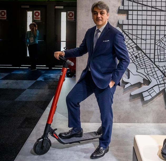 Luca de Meo, presidente de Seat, con un patinete eléctrico en la Barcelona Smart City and Smart...